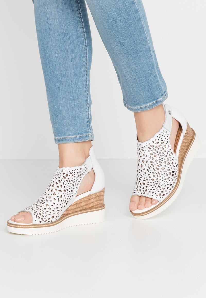 Tamaris - DA.-SANDALETTE - Sandály na klínu - white