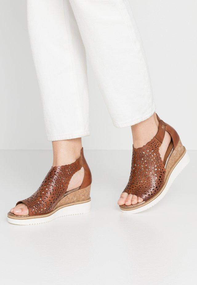 DA.-SANDALETTE - Sandaletter med kilklack - brandy