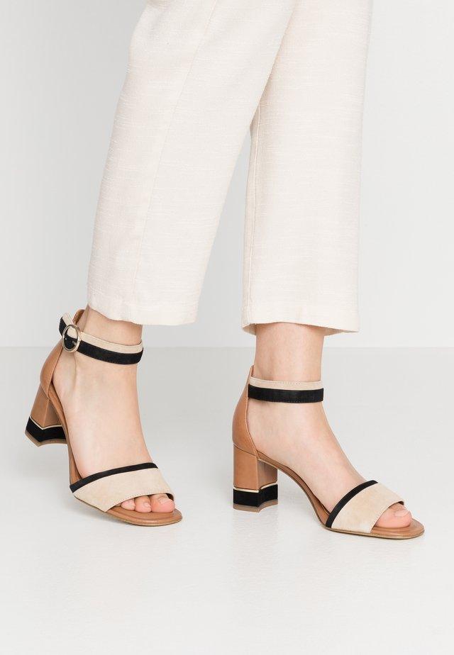 WOMS SANDALS - Sandalen met enkelbandjes - cognac