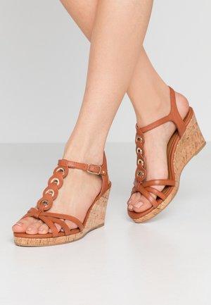 Sandalias con plataforma - brandy