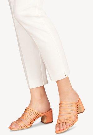 Pantofle na podpatku - peach neon
