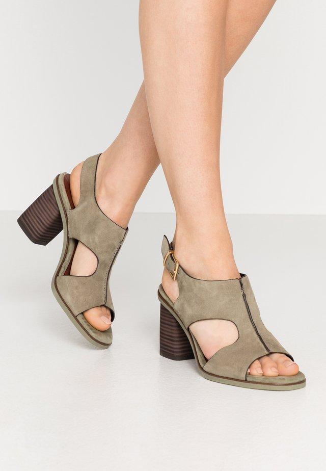 Sandály na vysokém podpatku - light olive