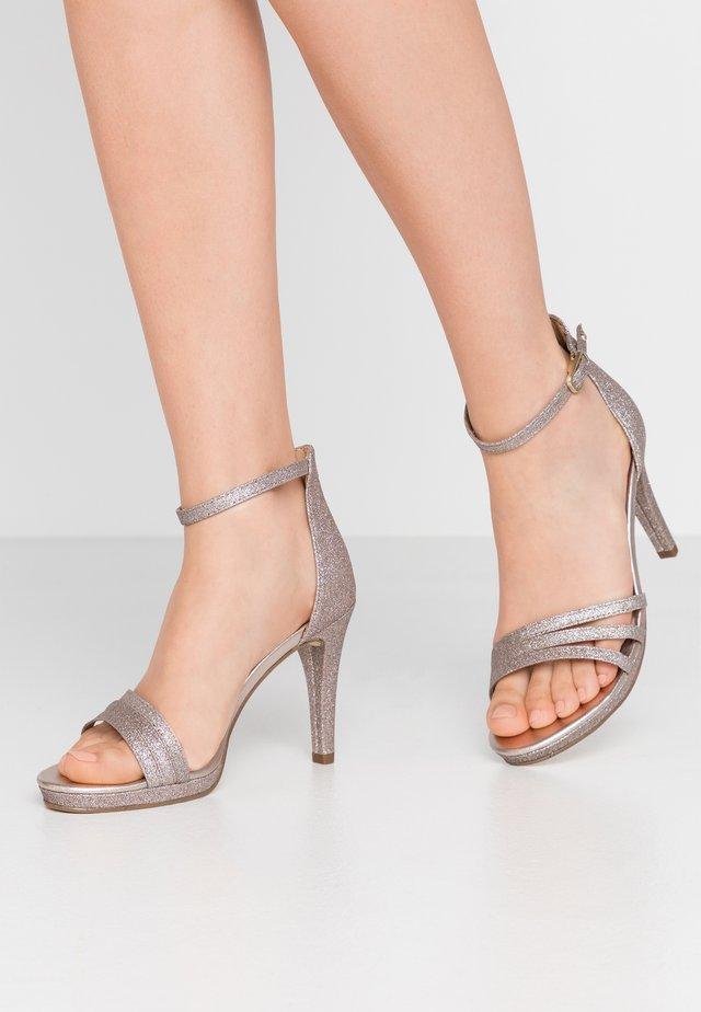 Sandały na obcasie - space glam