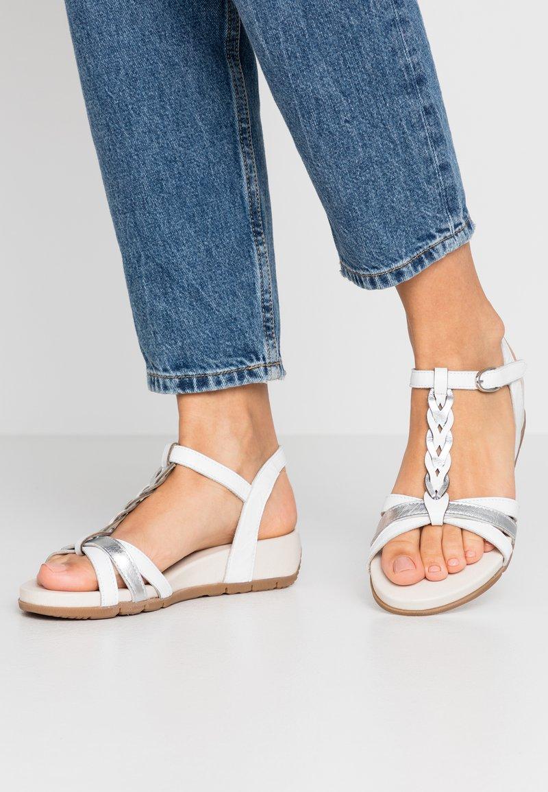 Tamaris - WOMS SANDALS - Sandalen met sleehak - white/metallic