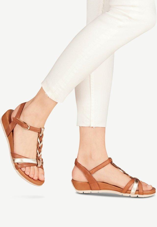 WOMS SANDALS - Sandalen met sleehak - cognac/gold