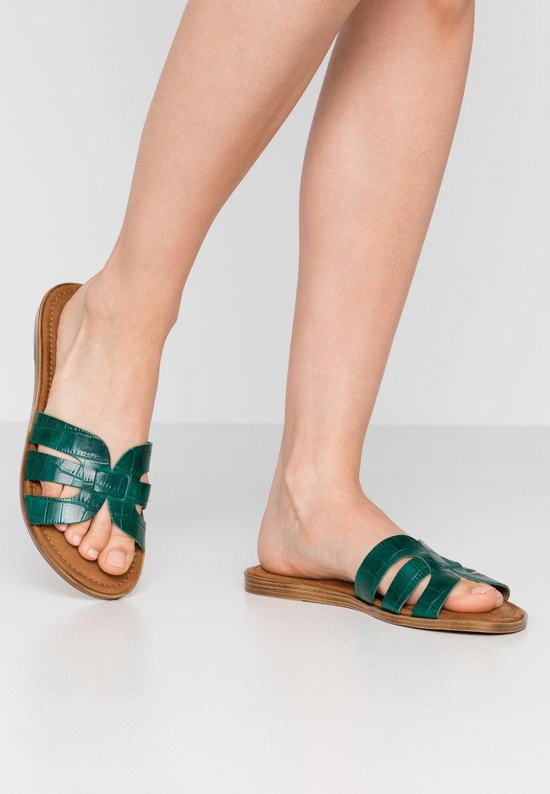 Tamaris - SLIDES - Pantofle - bottle struct.
