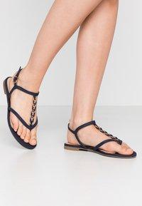 Tamaris - Sandály s odděleným palcem - navy - 0