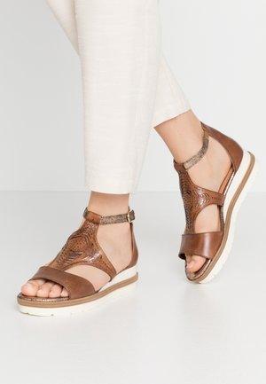 WOMS SANDALS - Sandalen met plateauzool - nut