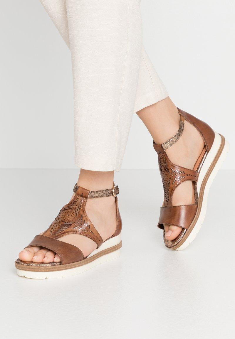 Tamaris - WOMS SANDALS - Sandalen met plateauzool - nut