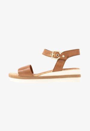 Sandalen met plateauzool - nut