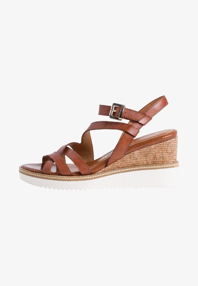 TAMARIS SANDALETTE - Sandaletter med kilklack - brandy