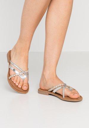 SLIDES - Sandály s odděleným palcem - silver
