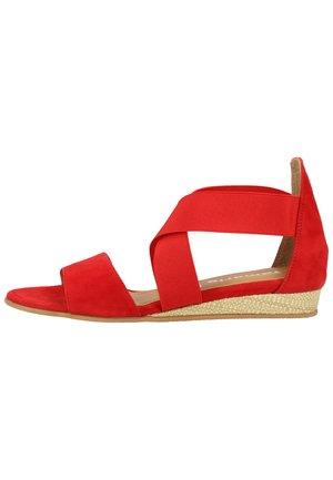 SANDALEN - Wedge sandals - lipstick 515