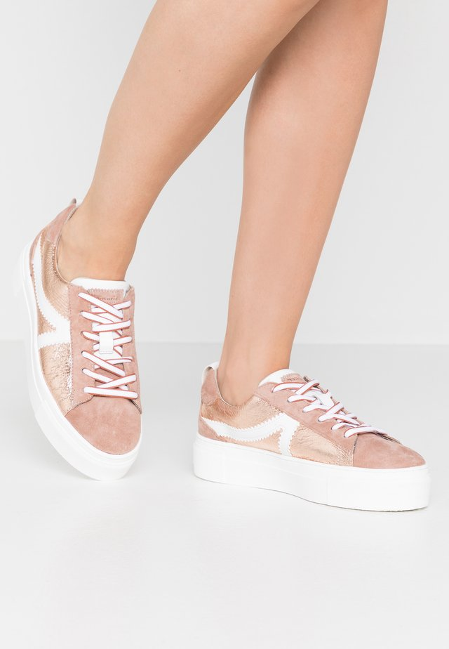 LACE-UP - Sneakersy niskie - rose metallic
