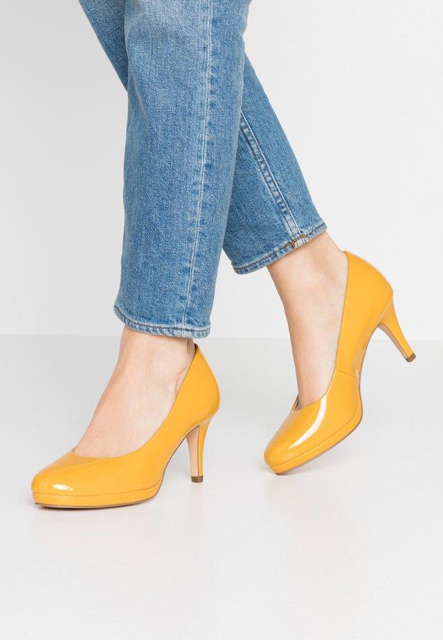 Klassieke pumps - saffron