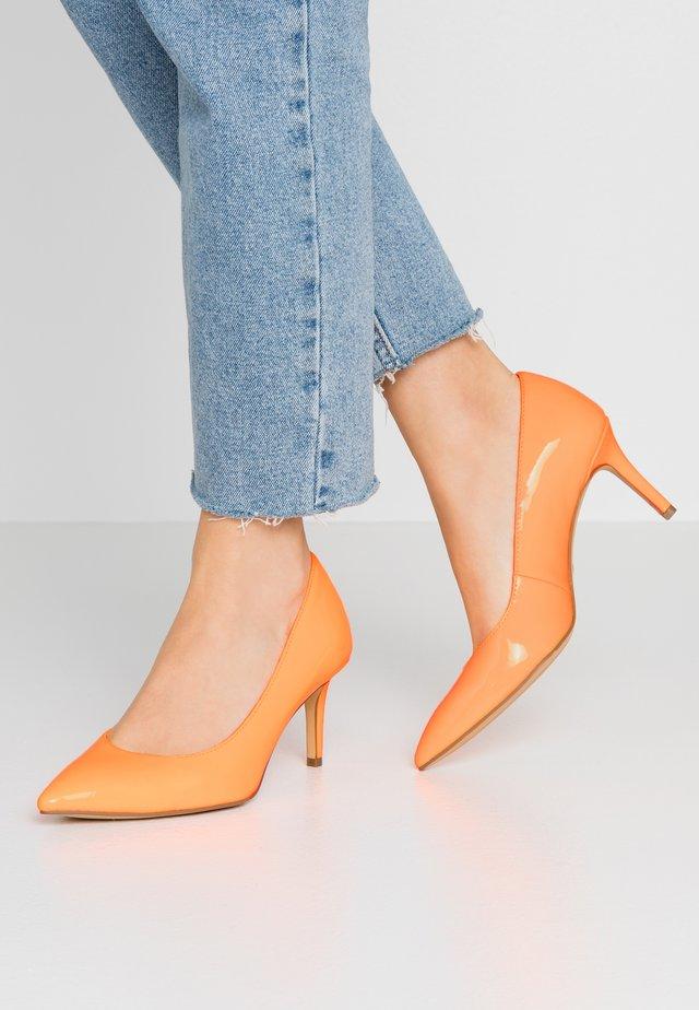 Pumps - orange neon
