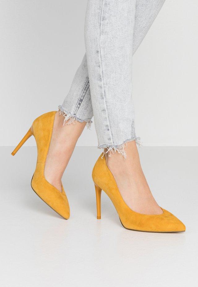 Højhælede pumps - saffron