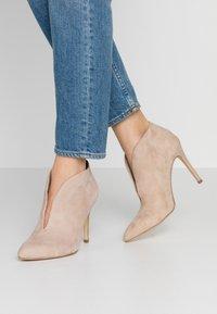 Tamaris - Kotníková obuv na vysokém podpatku - ivory - 0
