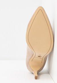 Tamaris - Kotníková obuv na vysokém podpatku - ivory - 6