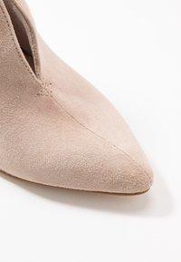 Tamaris - Kotníková obuv na vysokém podpatku - ivory - 2