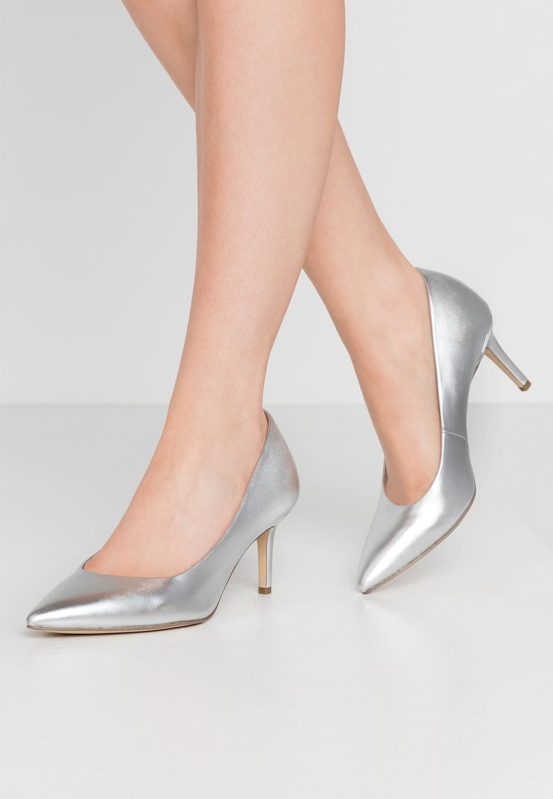 Tamaris - COURT SHOE - Klassiske pumps - silver