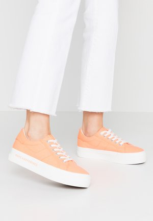LACE-UP - Sneakers basse - peach neon