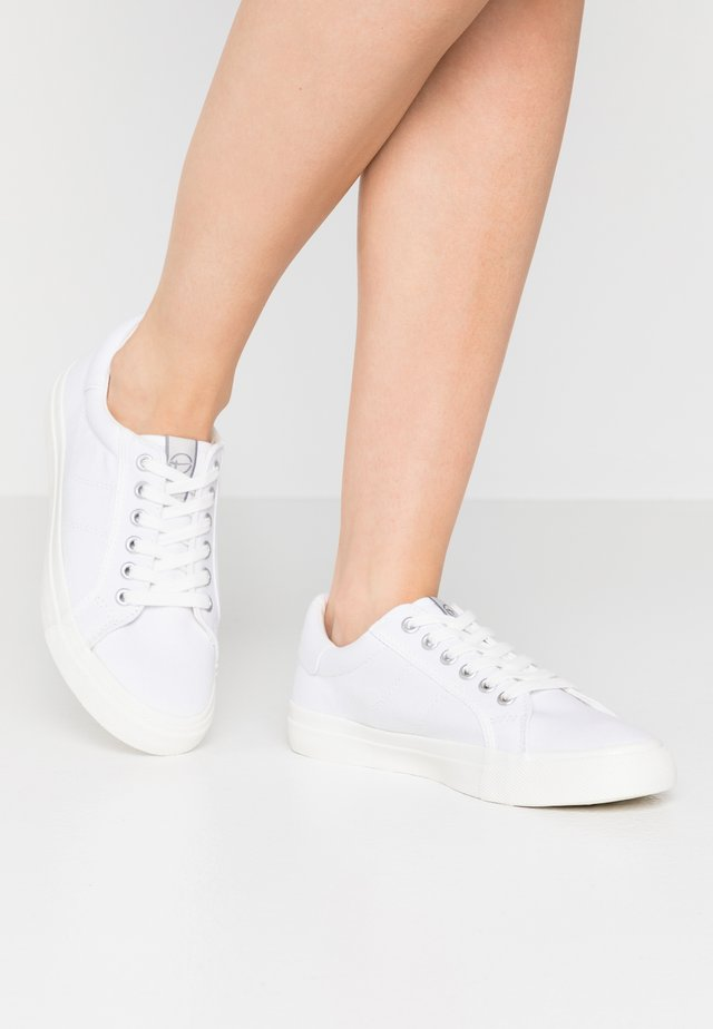 LACE UP - Matalavartiset tennarit - white