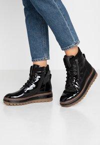 Tamaris - Kotníkové boty na platformě - black - 0