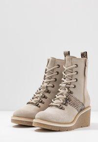 Tamaris - Kotníkové boty na klínu - beige - 4