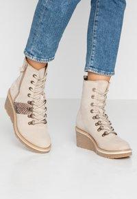 Tamaris - Kotníkové boty na klínu - beige - 0