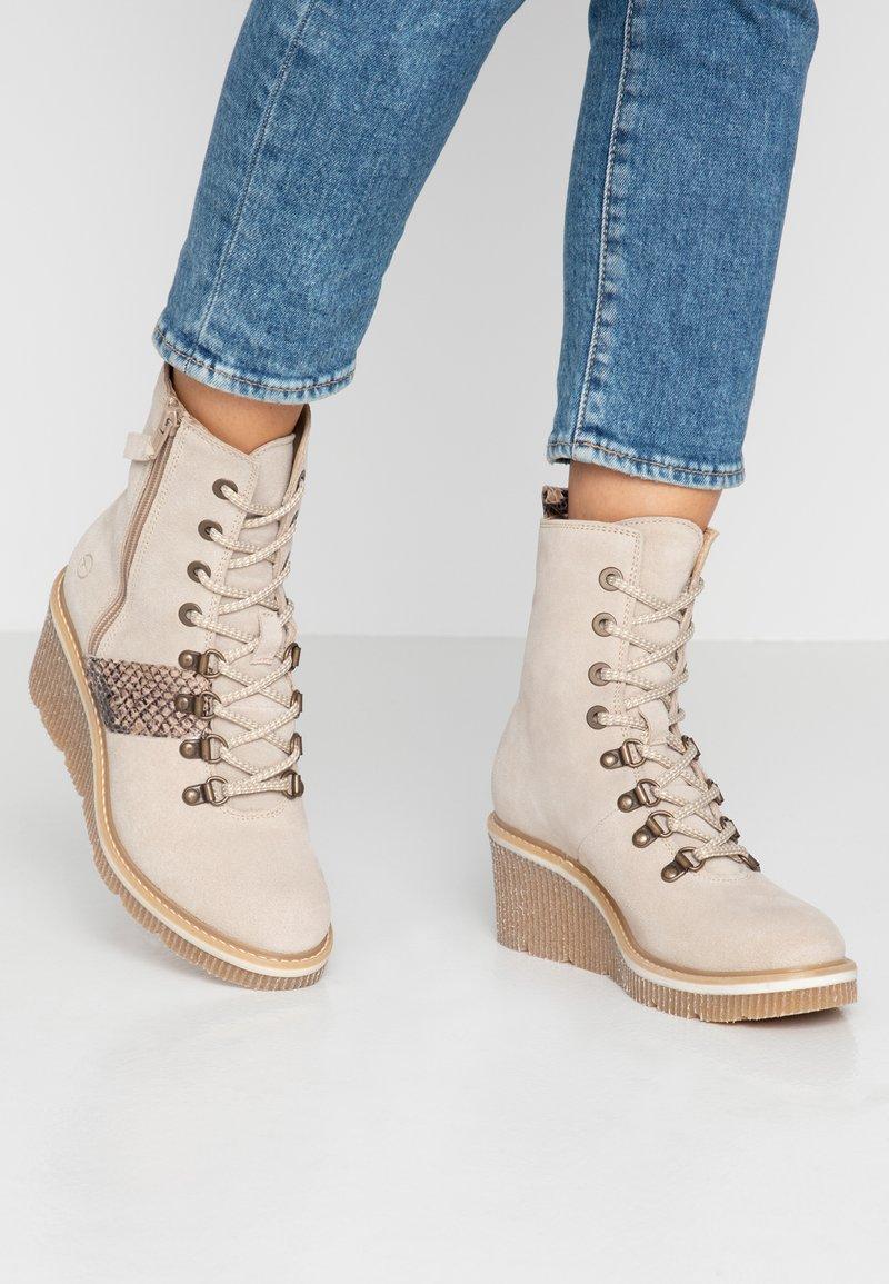 Tamaris - Kotníkové boty na klínu - beige