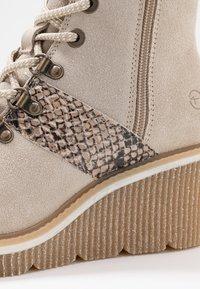 Tamaris - Kotníkové boty na klínu - beige - 2