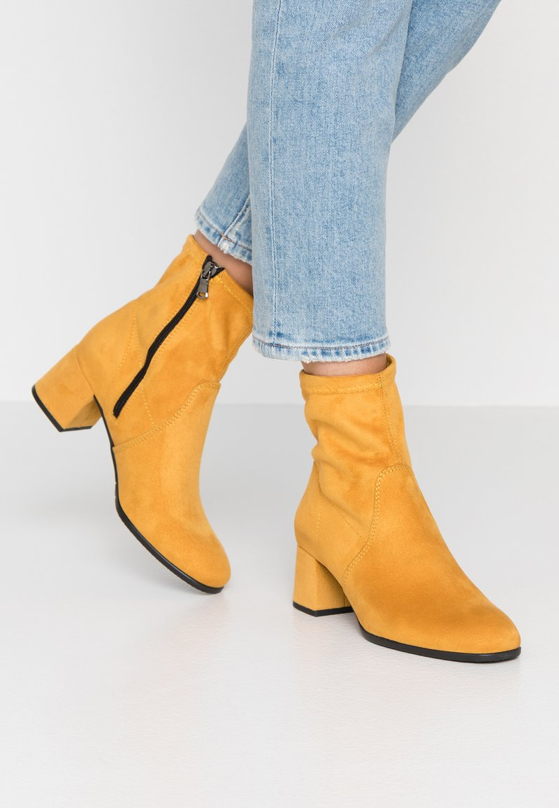 Tamaris - Botines - mustard