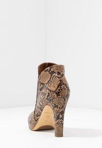 Tamaris - Kotníková obuv na vysokém podpatku - nut - 5
