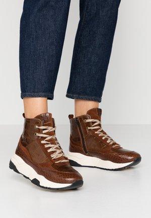 Höga sneakers - castagna