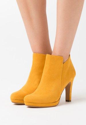 WOMS BOOTS - High Heel Stiefelette - mustard
