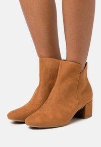 Tamaris - Kotníkové boty - nut - 0