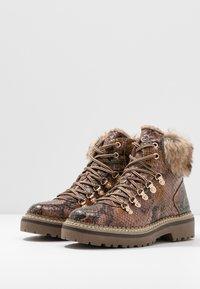 Tamaris - Kotníkové boty na platformě - cognac - 4