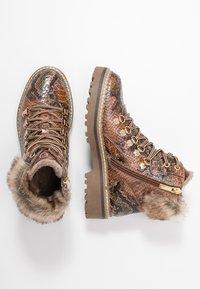 Tamaris - Kotníkové boty na platformě - cognac - 3