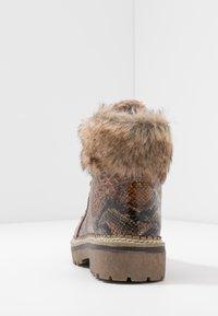 Tamaris - Kotníkové boty na platformě - cognac - 5