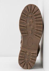 Tamaris - Kotníkové boty na platformě - cognac - 6