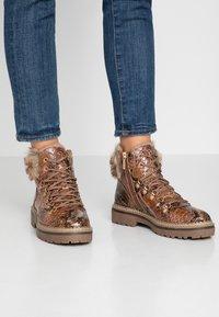 Tamaris - Kotníkové boty na platformě - cognac - 0