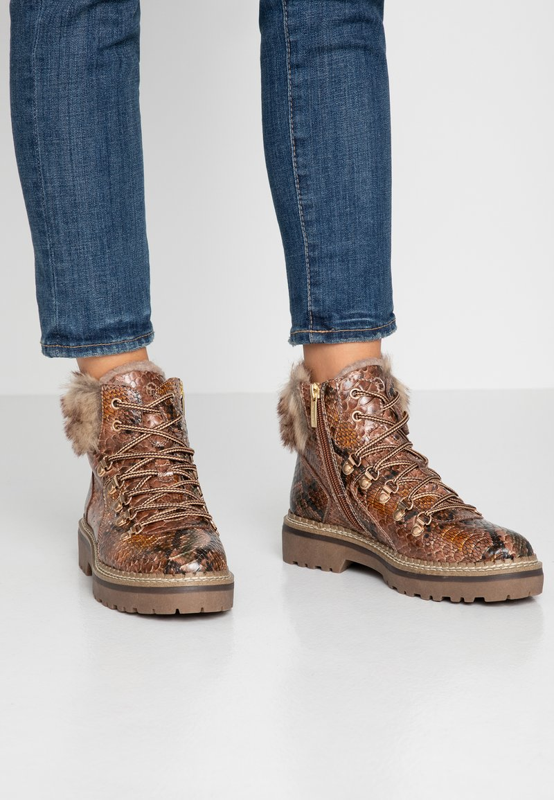 Tamaris - Kotníkové boty na platformě - cognac