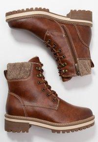 Tamaris - Šněrovací kotníkové boty - cognac - 3