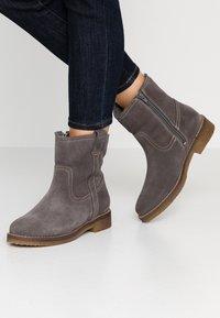 Tamaris - Kotníkové boty - anthracite - 0