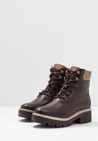 Tamaris - Kotníkové boty na platformě - mocca - 4