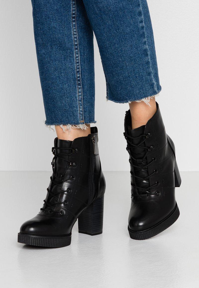 Tamaris - Kotníková obuv na vysokém podpatku - black