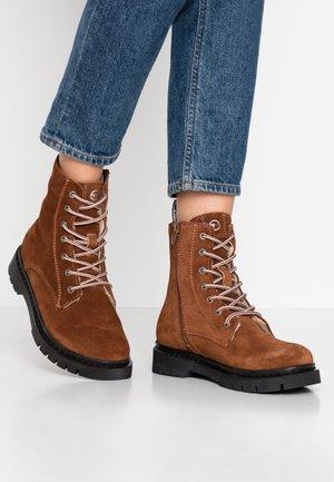 Šněrovací kotníkové boty - castagna