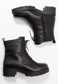 Tamaris - BOOTS - Botines con plataforma - black - 3