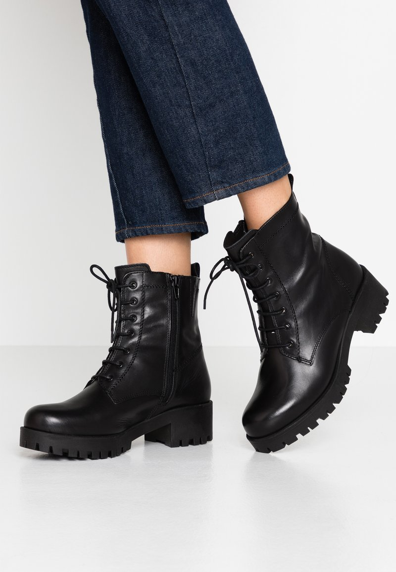 Tamaris - BOOTS - Botines con plataforma - black